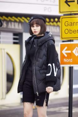 Женская зимняя куртка с вязанными рукавами 91801 Черный